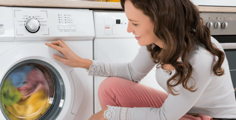 القيام بغسل الملابس