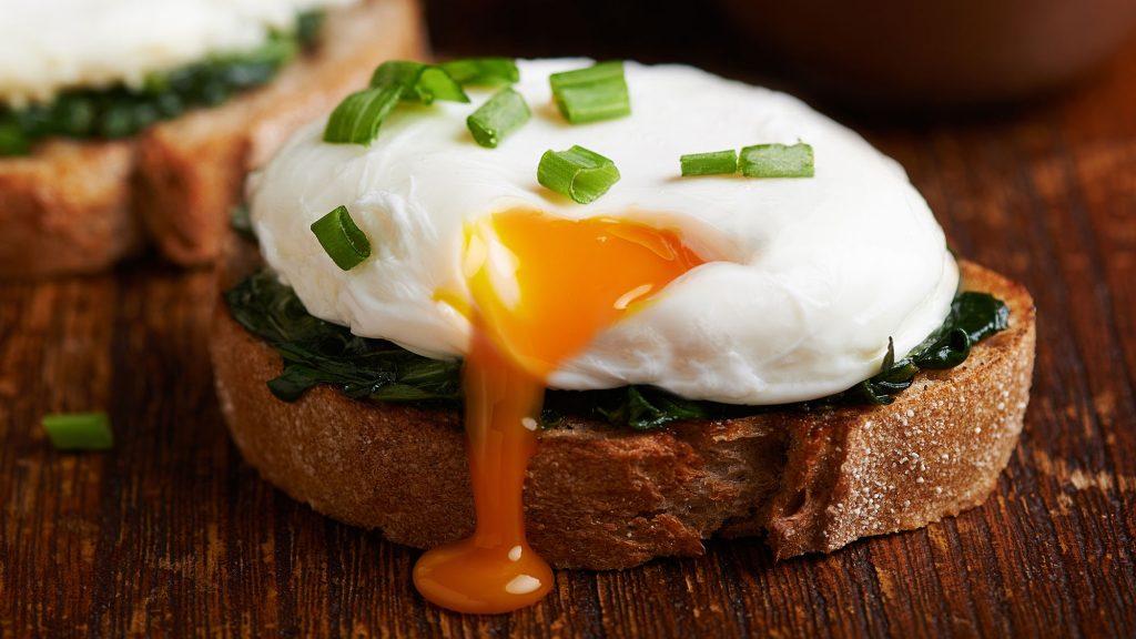 تناول البيض على الفطور