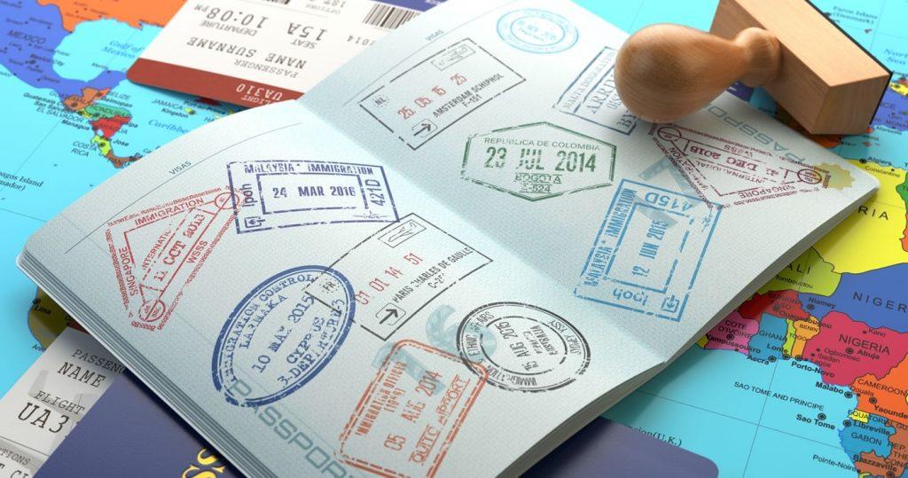 إبقاء الأسرة والأصدقاء على علم بمسكنك الجديد بعد الانتقال إلى بلد آخر