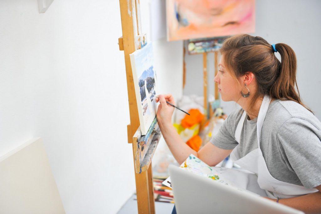 طرق بسيطة وسهلة لتعلّم الفن بعيدًا عن التكاليف الباهظة