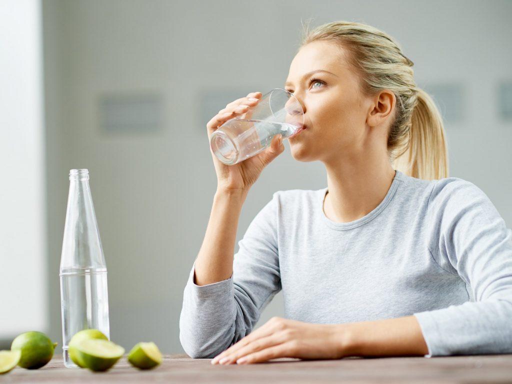 شرب كوب كبير من الماء