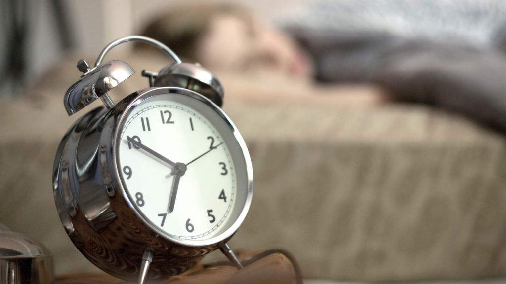 اضبط المنبه 15 دقيقة مبكرًا عن موعد استيقاظك الأساسي